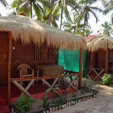 Ricos Beach Huts in Pololem