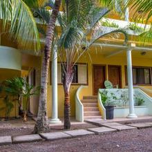 Sea Eye Hotel - Tropical Building in Utila