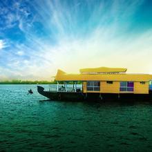Sreekrishna Houseboat C/o Sreekrishna Ayurveda Panchakarma Centre in Punnappira