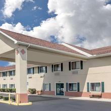 Super 8 By Wyndham Three Rivers in Three Rivers