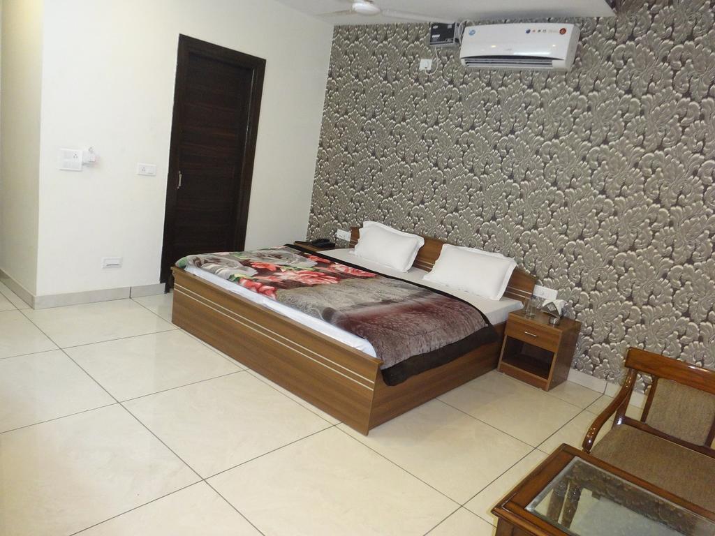 The Shradha Hotel in Mubarikpur