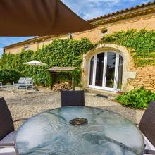 Traditional Holiday Home In Aquitaine With Jacuzzi in Landiras