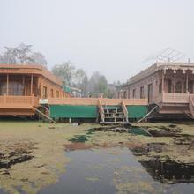 vanda group of houseboat in Malarpura