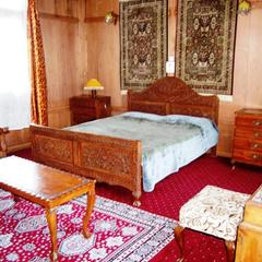 Howrah Houseboat in Srinagar