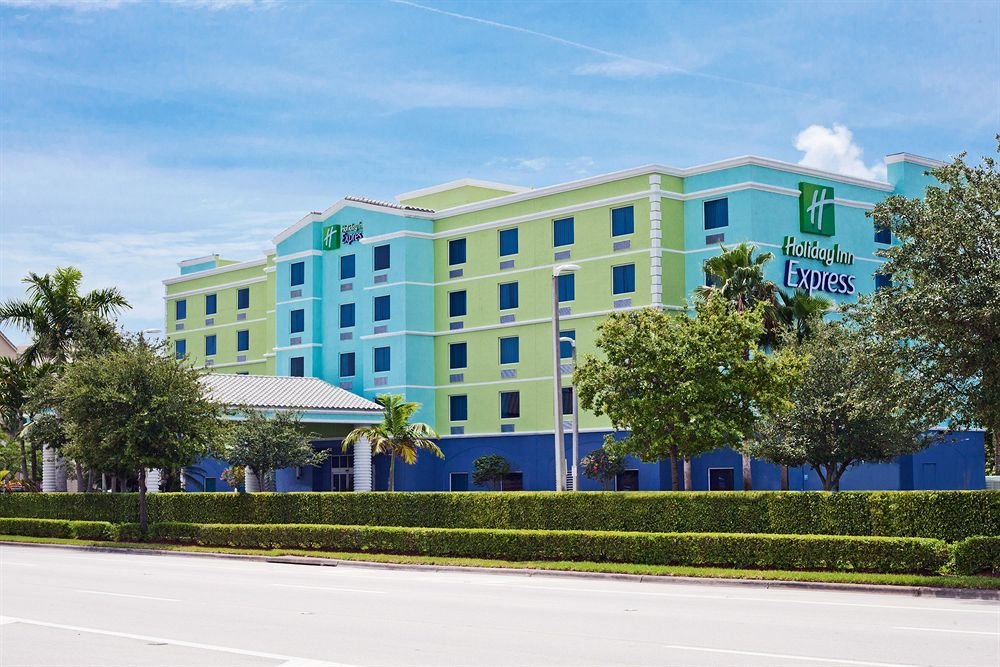 Holiday Inn Express Hotel & Suites Airport/Cruiseport