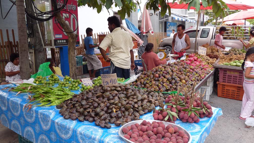 Na Thon Day Market