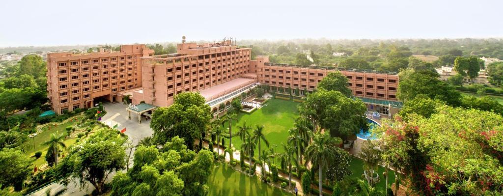 Hotel Clarks Shiraz in Agra