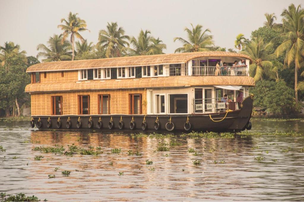 Alapuzha cubs houseboat in Alappuzha
