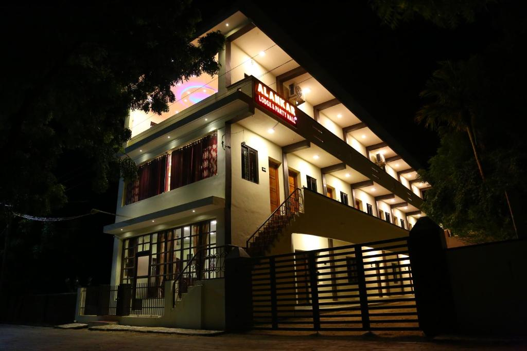 Alankar Lodge in Kuttalam