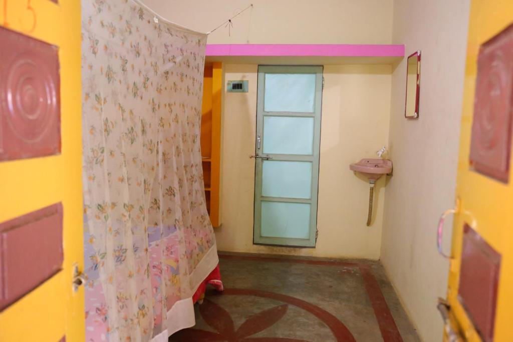 Raviteja Guest House in Hampi