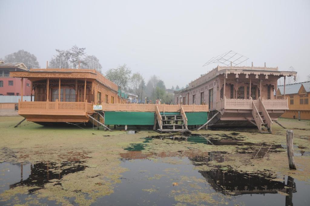 vanda group of houseboat in Srinagar